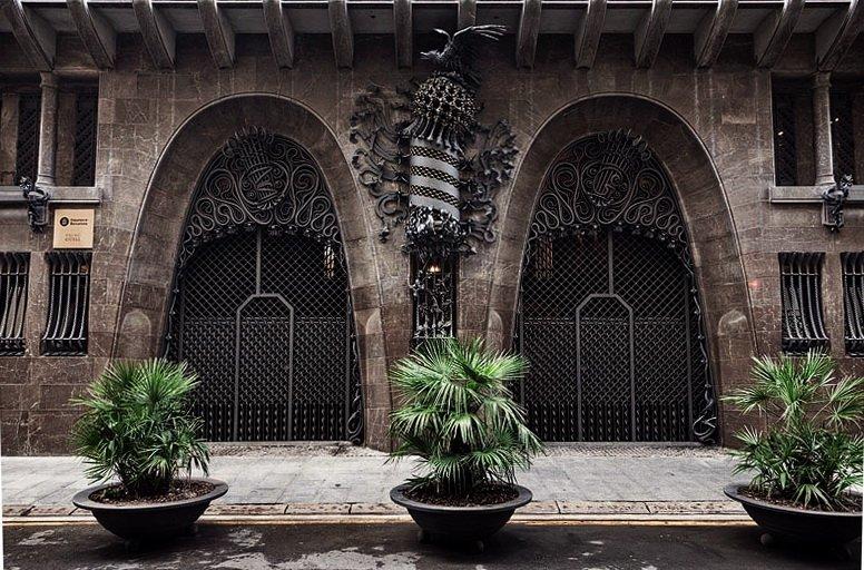 Arched iron gates, Palau Güell (Güell Palace) - Antoni Gaudi Guide to Barcelona